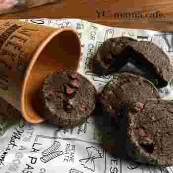 ブラックココアを使ったちょっと大人なアイスボックスクッキー。これからのバレンタインシーズンにもぴったりですね!切る時に、同じ向きのまま切ると底になっている部分にばかり負荷がかかりへこんでしまうので、ひとつ切るごとに少しずつ回して切って行くのがポイント!チョコチップのような固い物が入っていると、断面が崩れやすいので気を付けましょう。