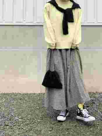 春先に似合いそうなレモン色のトレーナー。コンパクト&ベーシックなデザインなので、ボトムを選びません。ノスタルジックなチェック柄のフレアースカートを合わせて。靴下もレモン色で揃えたところも抜かりないですね。