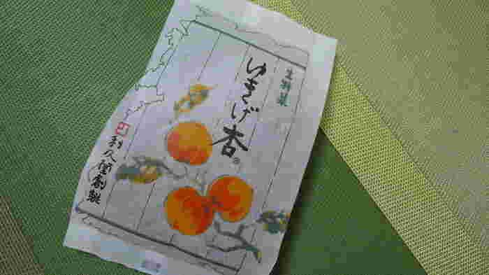 """お店は長野市内にありますが、駅ビルやキオスクなどでも見かける杏(あんず)のお菓子です。長野は実は""""全国一のあんずの里""""。その美味しいあんずをつかったお菓子を揃えたお店です。一番人気はこちらの「ゆきげ杏」。"""