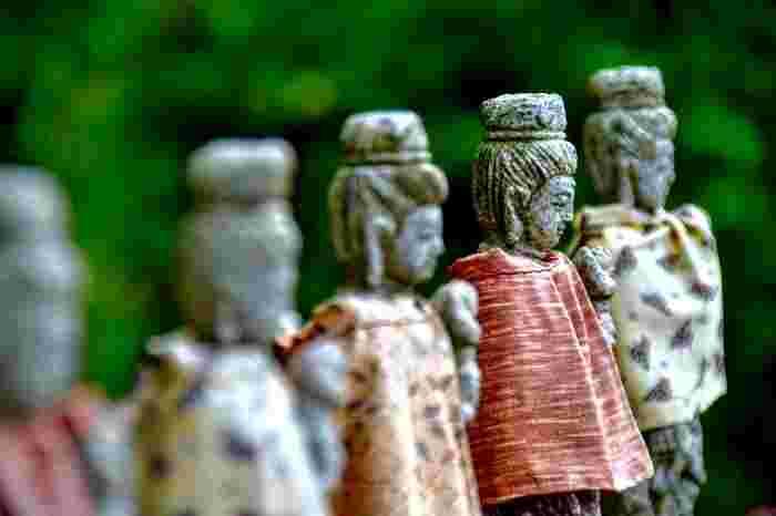 熊本県阿蘇の乙姫川上流の河原に、上向きに寝た女性の形をした石が「乙姫子安河原観音様」のご神体として鎮座しています。男の子が欲しい場合は黒い石を、女の子が欲しい場合は赤い石を、河原から持ち帰り股に挟むと、子宝・安産のご利益があるとされています。