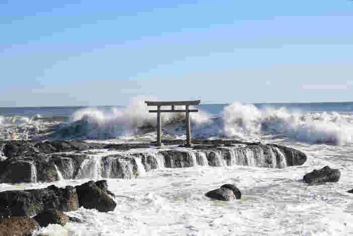 神様が降臨した地とされている「神磯(カミイソ)」。海上の岩の上に立っている珍しい鳥居です。季節や天気によって表情を変える海、そして鳥居の神秘的な佇まいが印象的です。