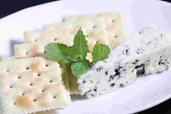 みんなが大好きなチーズのおつまみは、ぱっと作ってさっと出せるのがいいところ。 彩りを考えて野菜をプラスするとワインがさらに進みそうです。チーズは自然の健康食品です。美味しくいただいて、体の内側から元気になっていきましょう♪