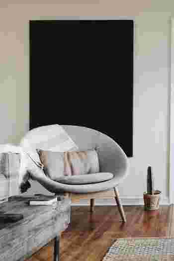 ライトグレーのまんまるなソファには、グレーとブラウンの中間色のようなカラーのクッションを置いて、さりげないアクセントに。ソファの脚が木材なのでクッションカラーともぴったりリンクします。