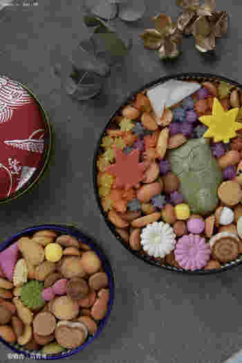 銀座菊廼舎は明治23年創業の100年を超える江戸和菓子の老舗です。代名詞ともいえる「冨貴寄」は贈り物に最適。缶を開けたら小さな可愛らしい江戸菓子がびっしり詰まっていて、思わず笑顔なる逸品です。  写真は(左から)通年商品の赤、青2つの小丸缶と季節限定のふくろう缶がセットになった秋の季節缶ギフト。