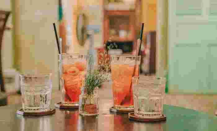 アルコールは当然水分を多く含んでいるため、過剰摂取をすると水分過多になります。 さらに、アルコールには③の原因となる炎症やアレルギー反応によって、血管を拡張させ血管の壁から水分を通りやすくする作用があるため、水分が細胞間に漏れ出してしまいます。一方で、アルコールには利尿作用がありますが、これは飲酒をし始めて血中アルコール濃度が増加しているときにだけ認められます。さらに、飲酒を続けアルコール濃度が過剰になってくると今度はかえって尿量は減少します。そのため、そのままの状態で朝をむかえてしまうと、血管の外に漏れ出た水分を回収できないまま翌日までむくんでしまうことが多いのです。