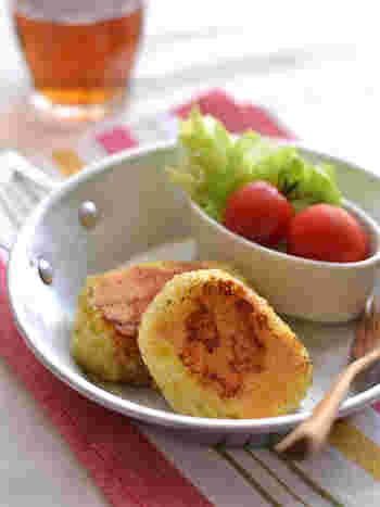 お弁当のご飯にマンネリしてきたら、カレー風味のチーズ焼きおむすびはいかがですか?お弁当に入っていたらテンションが上がること間違いなし!彩りもよくなりますよ。
