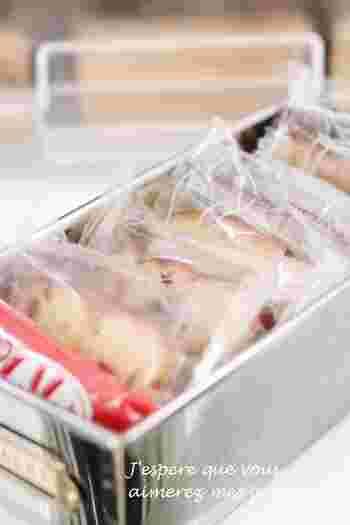 冷蔵庫の一番上の段のセリアのお菓子型には、お菓子類&ガムシロップが入っています。その隣にあるセリアのブリキレクタングルBOXには、ジュース・お砂糖のストック・薬などを収納しているそうです。シンプルでおしゃれなブリキ製品なら、見た目も可愛く収納できますね♪
