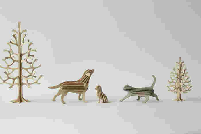 クリスマスのシーズンは特にもみの木が人気ですが、犬や猫、ホッキョクグマなど動物のモチーフもたくさんあるので一年を通して楽しめるインテリア。一つでも十分かわいいですが、いくつかコレクションすれば、ちょっとしたストーリーを作り上げることができそう♪