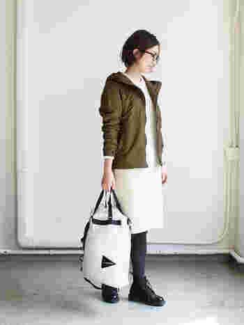 ちょっぴりアウトドアカジュアルなスカートスタイル。ホワイト×カーキの大人っぽい色遣いに、流行の切りっぱなしボブ&メガネが素敵。