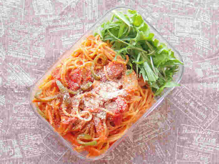 パスタの定番「ナポリタン」。肉と野菜がバランスよく入っているのでおすすめです。味がしっかり付くので冷めても美味しさそのまま。こちらはケチャップの他、豆板醤で辛めの味付けにした大人なレシピです。