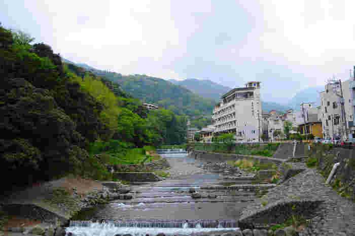 新宿駅からロマンスカーで85分。ふらりと訪れることができるアクセスの良い温泉地の箱根。箱根は1200年もの歴史を持つ温泉郷で、箱根湯本はその中でももっとも古い温泉地で開湯はなんと、奈良時代とされています。