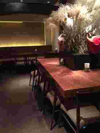 店内はカウンター席やテーブル席があり、落ち着いた大人の空間です。ライトも少し暗めで、隠れ家に籠る気分を味わえますよ。