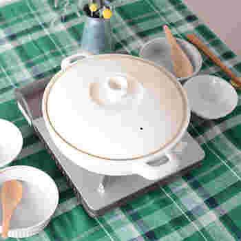 """""""土鍋らしさ""""も大事にしたいという方には、STUDIO M'の「レユニール」がおすすめ。昔ながらの土鍋の形はそのままに、デザインをシンプルに使いやすくしてあります。釉薬のマットな仕上がりがおしゃれ!余計な柄がないからこそ、和洋中どんなお鍋にも使えます。"""