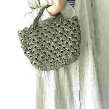 シンプルで松編み模様の透け感が美しいバッグは、ナチュラルで優しい雰囲気のお洋服にピッタリマッチします。