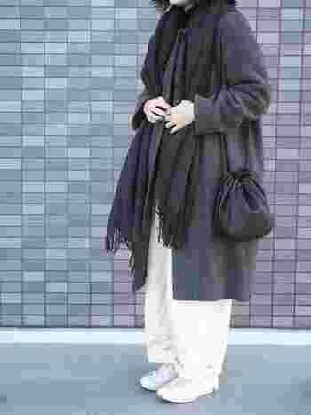 重い印象になりがちな冬のコーディネートも、ホワイトパンツをアクセントにすることで軽やかな印象に。こちらのコーディネートは、シックなグレーと上品なホワイトの組み合わせがおしゃれですね。程よく肩の力を抜いた、リラックス感のある女性らしい着こなしも素敵です。