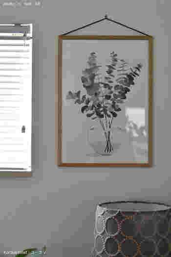「リビングにグリーンを飾りたいけど、忙しくて育てるのが難しい…」なんてお悩みがある方も多いですよね。  そんなときには、こんなボタニカルなポスターを取り入れて。 お部屋の雰囲気を気軽にアップさせることができます。