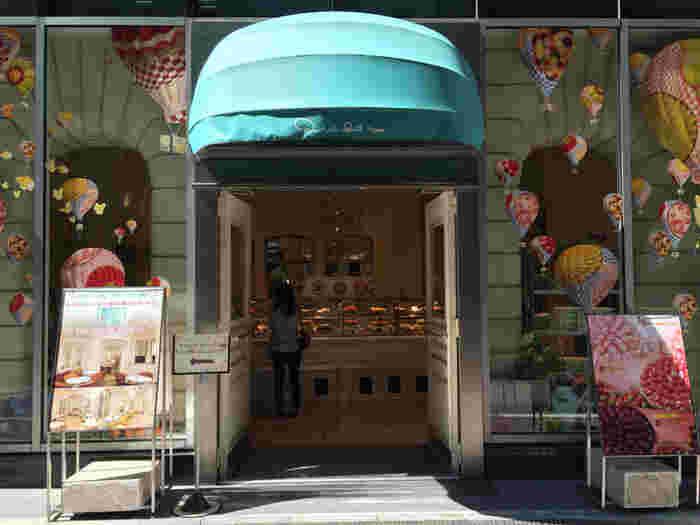 タルトのお店と言えば、キルフェボンは外せません。都内には、グランメゾン銀座、青山、東京スカイツリータウン・ソラマチの3カ所に店を構えます。こちらはグランメゾン銀座店。おしゃれな外観が、タルトへの期待を高めてくれます。