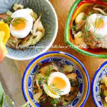 ソテーしたエリンギを混ぜたポテトサラダに、半熟のうずらの卵をのせて。マッシュしたポテトにはトリュフ塩で味付けをすると風味豊かなポテトサラダになります。