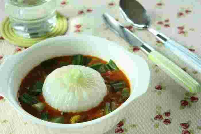 甘くて瑞々しい新玉ねぎを丸ごと使ったレシピ。レンジでチンするだけの簡単だけど美味しいメニュー。新玉ねぎを少しずつくずしながら食べてくださいね。