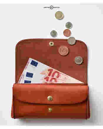 ボロボロのお財布やレシートがパンパンに詰まっている散らかったお財布は、運気ダウンに繋がるとされています。新しい年を迎える時は、新品のキレイなお財布で良い運気をアップさせましょう♪