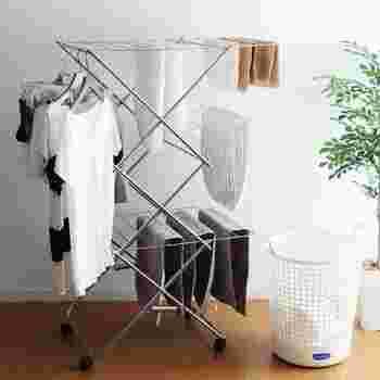 少しでも日が当たる場所に…と窓側に干したくなりますが、冬の部屋干しは、部屋の中心がおすすめ。窓や壁の近くは空気が循環しにくいので、湿気も溜まりやすく、乾くのに時間がかかってしまいます。室内用の物干しスタンドを利用して、空気が循環しやすい位置で干すようにしましょう。