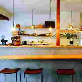 テーブルとカウンター席の店内は、街並みの雰囲気に合うように、シンプルなインテリアにしているそうで、すっきりとした気持ち良い空間です。