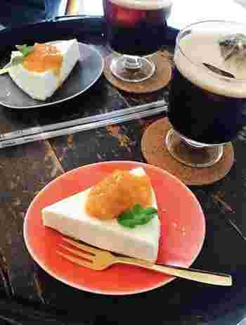 コーヒーと一緒にデザートもどうぞ♪こちらは、あんずのソースが添えられたチーズケーキ。フルーティーな甘酸っぱさとコーヒーとのマリアージュがたまりません。