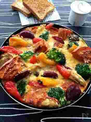 野菜をたっぷり使ったイタリア風の玉子焼きのフリッタータ。トマトジュースに浸したくるま麩を入れてふんわり食感をプラス。紫芋の鮮やかな紫もアクセントになります。
