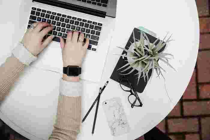 仕事ではパソコン、プライベートではスマートフォンというように、現代の生活は目を酷使しがちです。目の使い過ぎは目が疲れたと感じるだけでなく、他にも色々な「困った」の原因になる事も…。