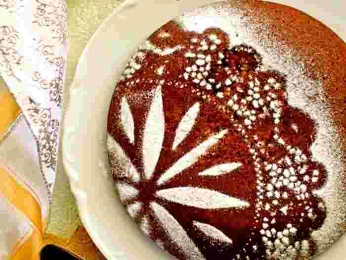 誕生会やクリスマス、バレンタインにも使えそうなチョコレートケーキです。ホットケーキミックスを使って、炊飯器で作るのでとっても簡単。粉砂糖でデコレートすれば炊飯器で作ったとは思えない出来映えに。
