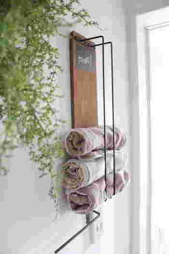 セリアの「アイアンバー」2本と「木材(45×12cm)」を組み合わせてタオルハンガーに。下から取り出して上から補充すれば、常に新しいタオルが使える便利なタオルハンガーです。子供が取りやすいようにと考えられたシンプルなデザインは見せる収納としても素敵ですね。