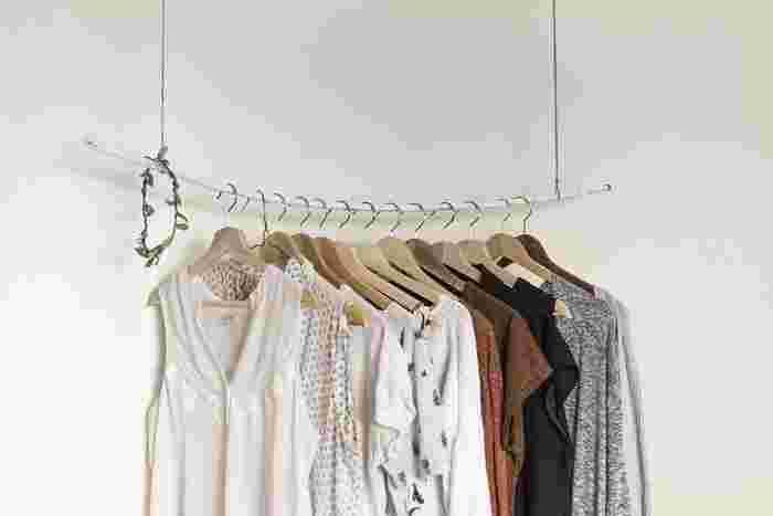木の枝をペンキで塗って、ワイヤーなどで吊るすだけの簡単DIYで、ハンガーポールを作ってみても可愛いです♪お気に入りのお洋服をかけて、特別な空間を作ってみては?