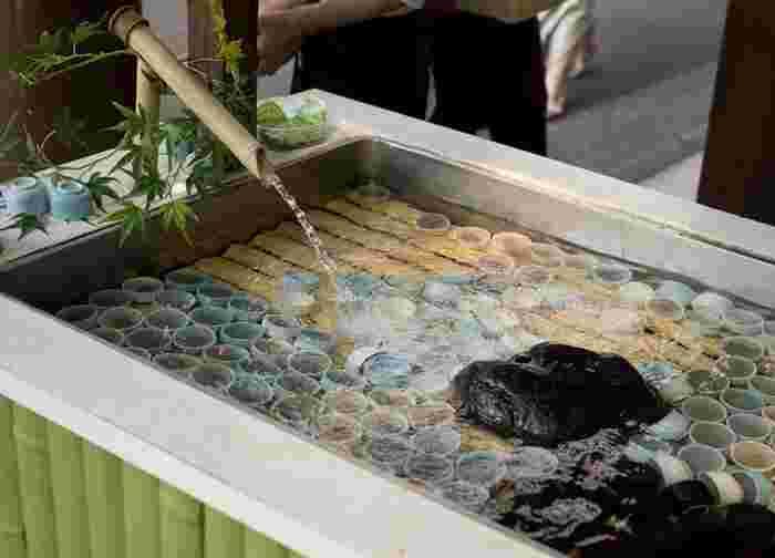 葛粉とわらび粉を水で練り上げて炊いた生地を、陶器のお猪口に流して固めた水まんじゅうは、明治初頭の誕生だそう。