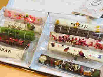 箱を開けたら思わず歓声があがりそうな宝石みたいなお菓子「スティックラスク」。  フォトジェニックな見た目だけでなく、味もお墨付き♪ 良質な素材を使い、職人が手作業で丁寧に焼き上げ、濃厚なチョコレートでコーティング。サクサクの食感がたまりません。