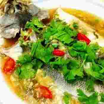 レモン汁などをからめた白身魚に、ナンプラー等の調味料をかけて蒸し上げるタイ風のメインおかず。最後に、レモン果汁をかけていただきます。ときにはタイ風も気分が変わっていいですね。