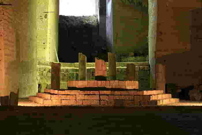 採掘場跡のあちらこちらに置かれた展示物も、見どころのひとつです。古い神殿を思わせる石材で作られたオブジェは、神秘的な雰囲気を演出しています。