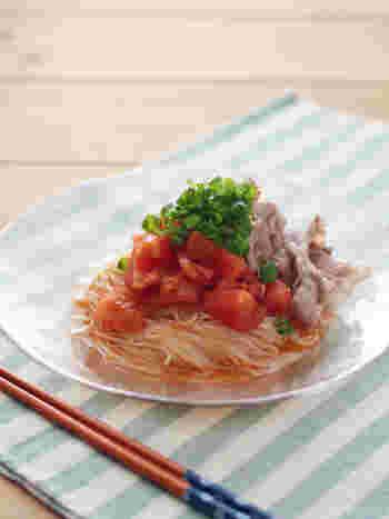 夏に大活躍のそうめんを使ったレシピもオススメです。茹でたそうめんの上に、トマトの乱切りと茹でた豚肉を乗っけて、栄養満点の豚しゃぶソーメンはいかが?涼しげで、夏にぴったりです。