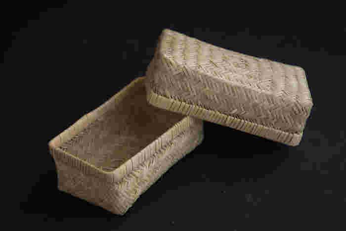 丁寧に手編みで作られた美しいお弁当箱。おにぎりやサンドイッチを入れると、映画に出てくるお弁当みたい。形の違う2種類があります。使うごとに愛着が湧くお弁当箱ですよ。