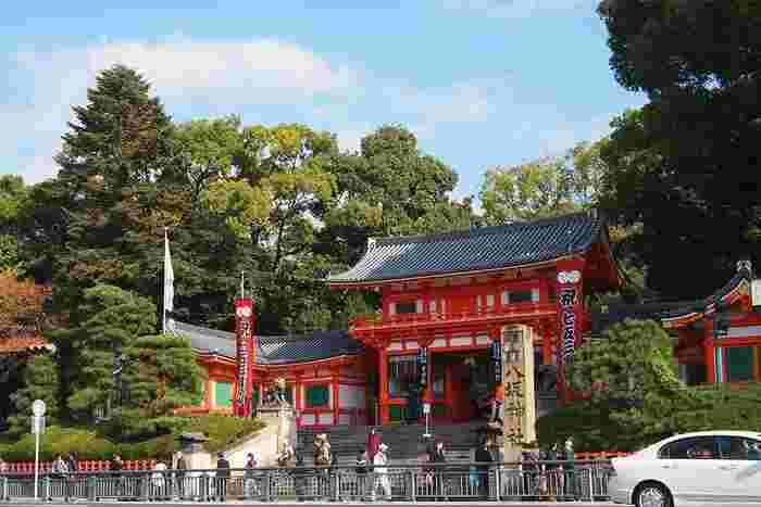 """「八坂神社」は、""""祇園さん""""で、京都市民から親しまれる古社。円山公園と祇園に挟まれた東山の中心部に位置し、円山公園から社内へ抜けることが出来ます。【11月下旬の「八坂神社」西楼門】"""