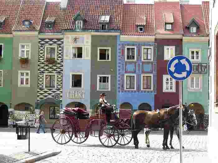 ポーランド王国の最初の首都だった「ポズナン」は千年以上もの歴史がある小さな街です。この「旧市街広場」は街の中心地で、こんなにかわいい建物が。壁の色と柄がひとつひとつ違っていてとてもキュートです。観光用の馬車も絵になりますね。