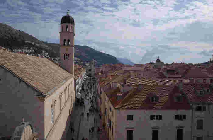中世、海洋共和国として栄えたラグーサ共和国の一つであるドゥブロブニク旧市街は、都市国家であった中世の面影を色濃く残しています。