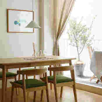 明るい木目の家具でまとめられたナチュラルなお部屋には、生成り色のようなやわらかな色のカーテンがおすすめ。また、ギンガムやウインドウペンなどのチェック柄が似合います。掃き出し窓はカーテン、腰窓や小窓にはチェック柄を生かしたシェードを組み合わせてみてもいいでしょう。