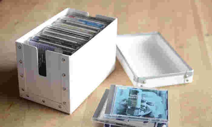 先程ご紹介したファイバーケースシリーズの収納アイテム。こちらは、用途的にはコード収納ケースなんですが、CDやDVDの収納に丁度良いサイズです。収納ボックスに入れてから本棚に置けば見ためにもお洒落にキマります!