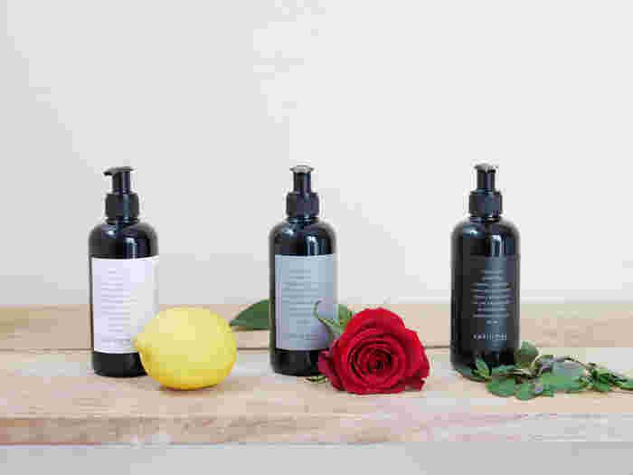 スウェーデンのボディ&ホームケアブランド【ヴァキンミー】からご紹介するのは、3種類の香りが揃ったオーガニックな「ボディローション」。グリーンレモン×ベルガモット、ローズ×グレープフルーツ、ライム×パセリ×ミントなど、オリジナリティーあふれる香りの組み合わせが魅力です。