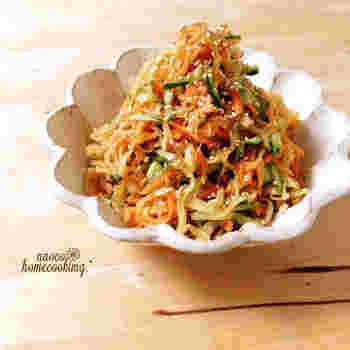 中華風の彩りと味付けが楽しめる変わり種サラダ。 干し大根ならではの食感とごま油の風味がたまりません♪  お弁当のおかずにもぴったりですね。