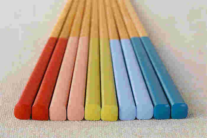 普段使いにぴったりな公長齋小菅のお箸。カラーバリエーションが豊富なので、家族で色違いで使っても◎上品でありながらも手頃な価格で、普段使いに愛用したくなる一品です。