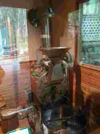 コーヒーの焙煎機。ブラジルから取り寄せた生豆を自家焙煎しています。