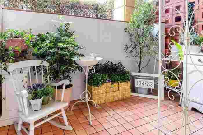 グリーンやお花とも相性バツグンのテラコッタ風タイルは、何と塩化ビニール製のタイルシート!お手入れもしやすく設置や撤去も簡単です。