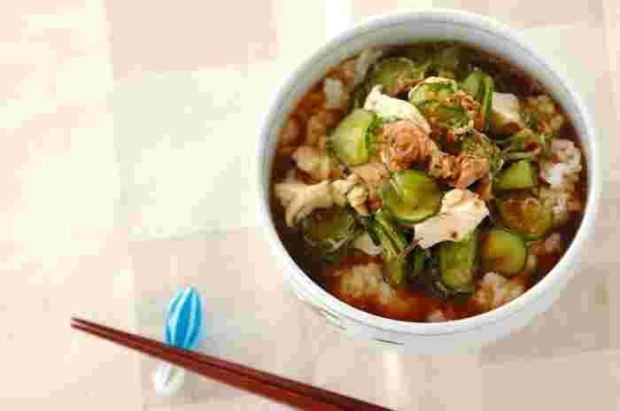 冷や汁の決め手はお魚ですが、グリルで焼くのはちょっぴり手間。 そんなとき、ツナ缶をつかって手軽に作ってみるのはいかが?きゅうりと豆腐もたっぷり加えていただきます。