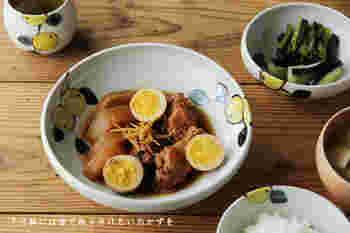 日本らしいみかんの温かみのあるデザインが魅力的な深皿です。みかんの優しい色は、煮物をうまく引き立ててくれます。毎日の食卓が楽しくなりそうですね。